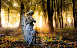 Осенний ангел прячется в дождях...